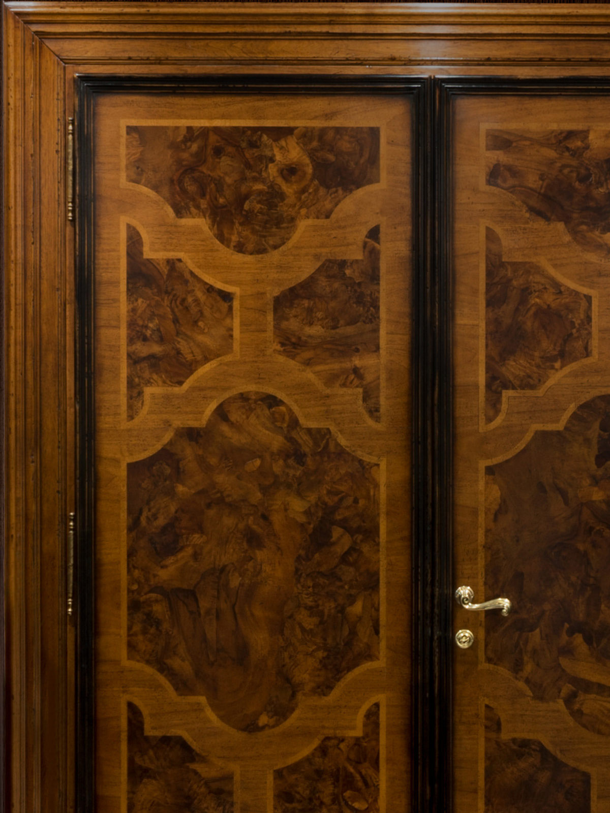 Double doors with inlay in walnut burl and maple.