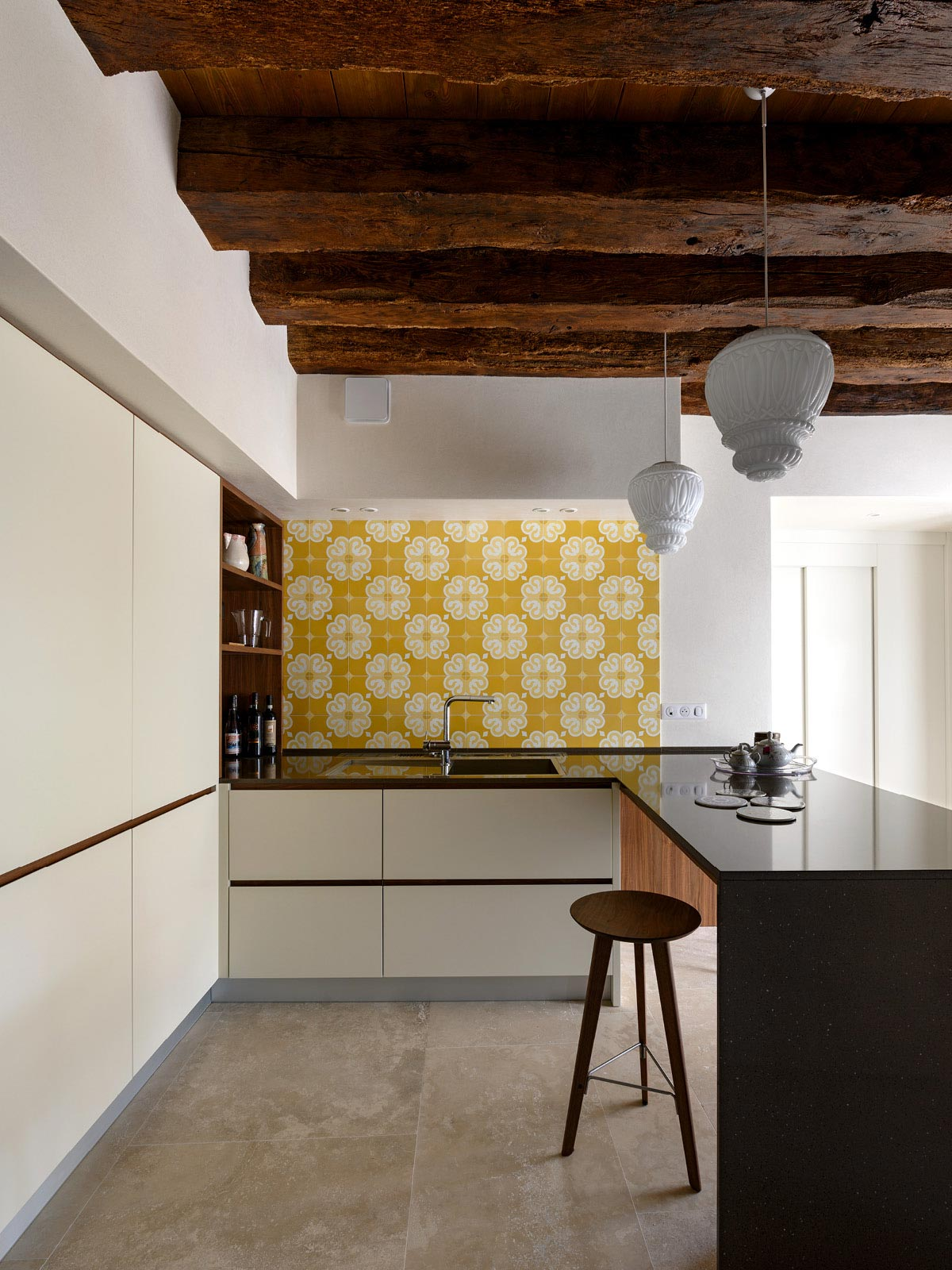 Maison Forte /Houte-Savoie, France – Project by Bertoncello Architetti Associati Painted kitchen with American black walnut details