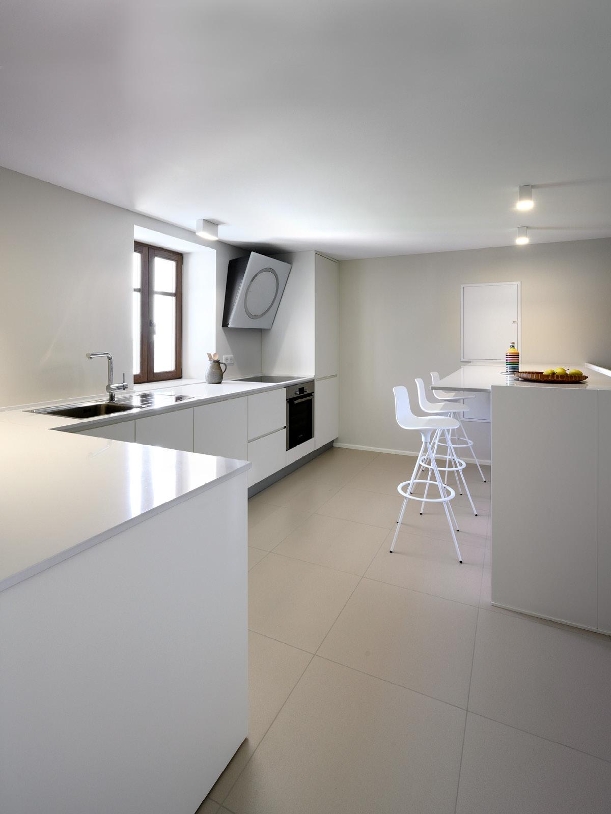 Maison Forte /Houte-Savoie, France – Project by Bertoncello Architetti Associati Painted kitchen